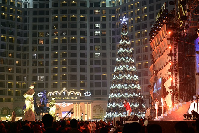 Cây thông Noel cao nhất Việt Nam ở Hà Nội 3