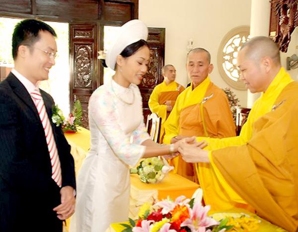 Sao Việt làm đám cưới nơi cửa Phật 5