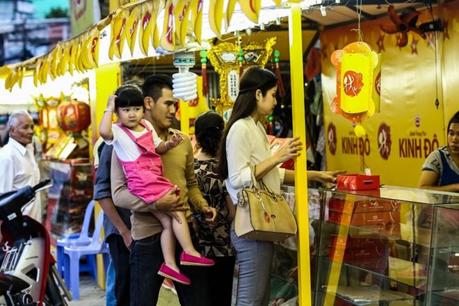 Con gái Phan Thanh Bình tinh nghịch khi được bố mẹ đưa đi mua sắm 9