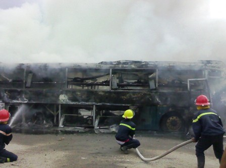 Kinh hãi xe khách giường nằm bốc cháy, QL1A tắc nghẽn nghiêm trọng 6