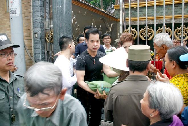 Hàng trăm người chờ Ngọc Sơn phát gạo, tiền mừng sinh nhật 2