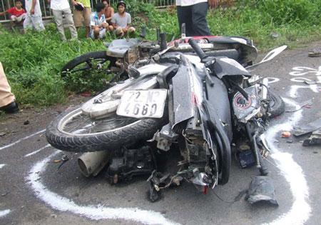 Xe đông lạnh tông 2 xe máy, 6 người chết 4