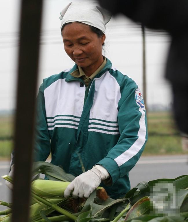 Những phụ nữ bán ngô luộc thu 30 triệu đồng/tháng 1