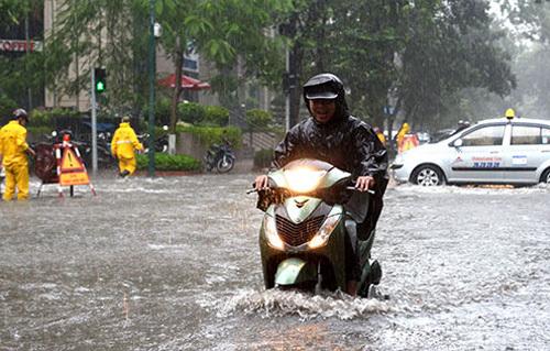 Đường phố Hà Nội ngập nước do bão số 5 2