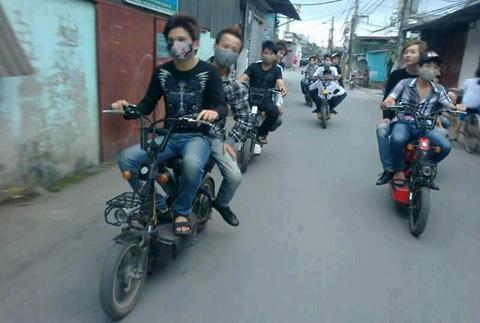Những pha 'làm xiếc' khó tin của xe đạp điện 11