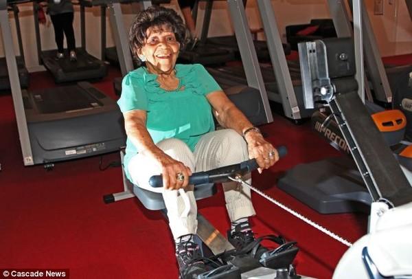 Choáng với cụ bà 101 tuổi vẫn tập gym đều đặn như thanh niên 4