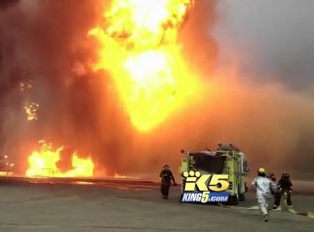 Nhầm lẫn tai hại, lính cứu hỏa bơm... dầu vào đám cháy 1