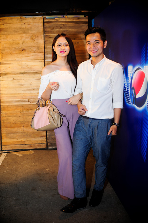 Hương Giang Idol và bạn trai đút cho nhau ăn ở quán vỉa hè 1
