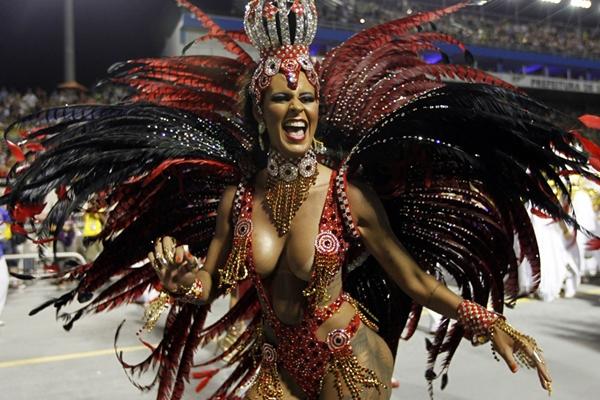 Vũ công samba nóng bỏng trong lễ hội hóa trang 3