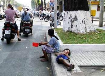 Dùng trẻ em dàn cảnh lừa tiền…trên phố Sài Gòn 2