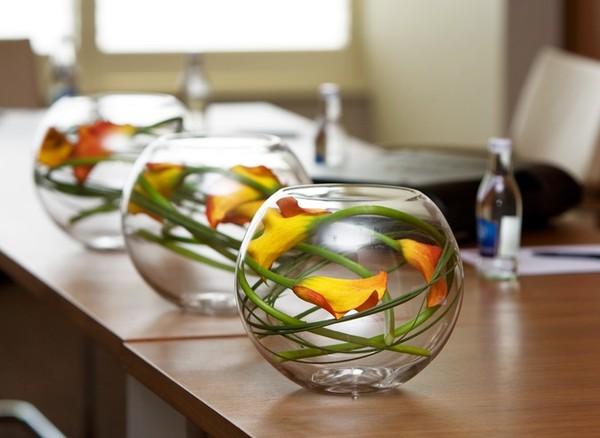 6 cách cắm hoa đẹp trong bình cá tròn 3