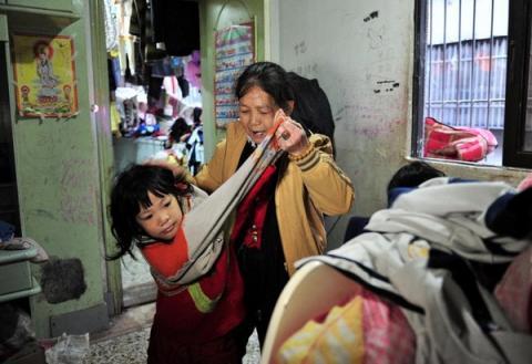 Cuộc sống của người đàn bà nhặt rác với hơn 30 đứa trẻ 2