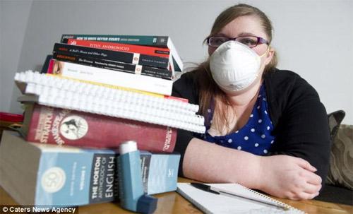 Kỳ lạ cô gái có thể tử vong vì đọc sách 1