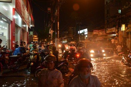 TPHCM bị ngập khủng khiếp sau trận mưa và triều cường 20