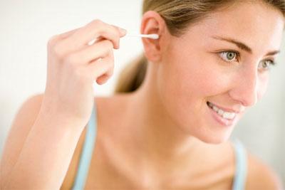 Rước bệnh do… lấy ráy tai 1