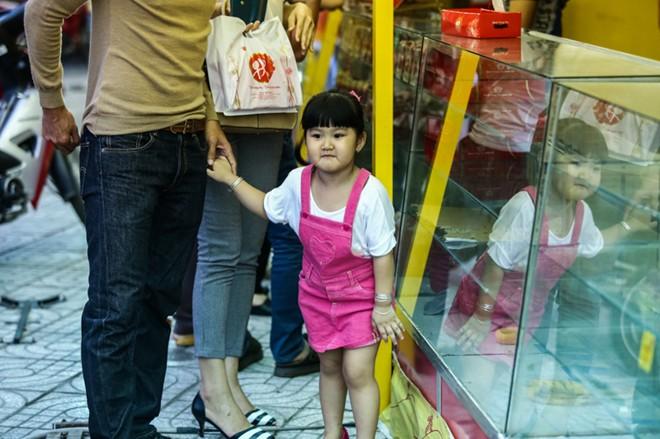 Con gái Phan Thanh Bình tinh nghịch khi được bố mẹ đưa đi mua sắm 14