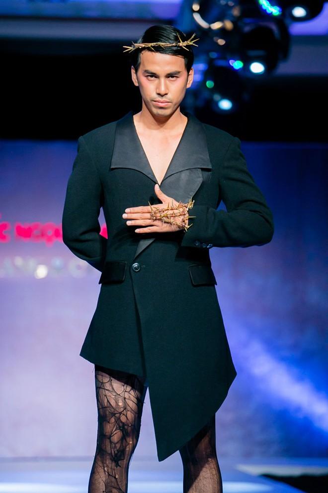 Phát hoảng với mẫu nam mặc váy ren xuyên thấu lộ nội y phản cảm 10