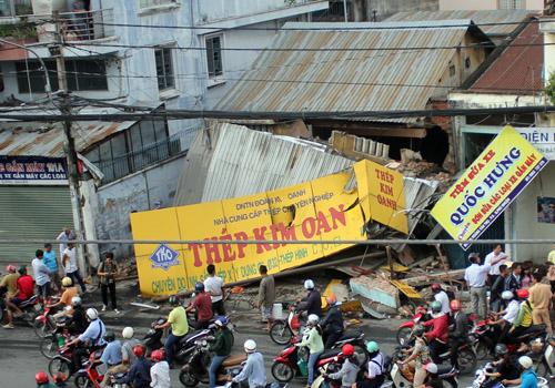 Người thoát chết kể lại thời điểm xe container ủi sập nhà 2