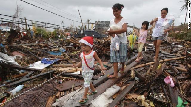 Hàng ngàn trẻ em vùng bão Philippines đổ ra đường xin ăn trong đói khát 2