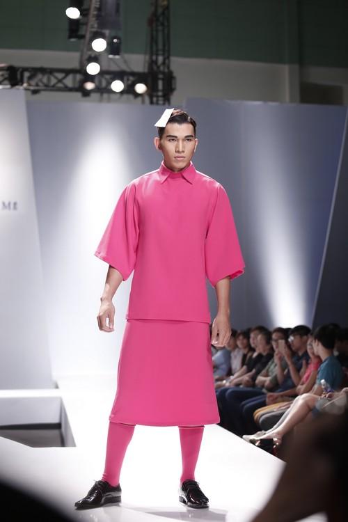 Giật mình mẫu nam Việt mặc vest không quần, diện váy hồng xuyên thấu 1