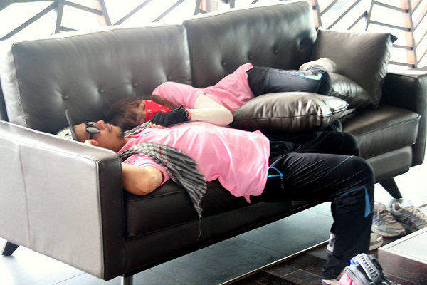 Bạn gái dễ thương ôm Tiến Đạt ngủ ngon lành trên ghế 3