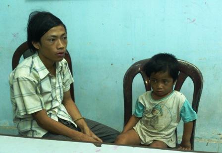Tìm thấy cháu bé 3 tuổi bị ép đi ăn xin, bạo hành 6
