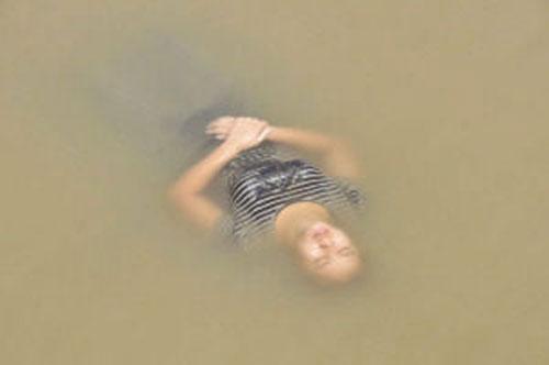 """Giận chồng, tự tử rồi """"ngủ quên"""" giữa sông 1"""