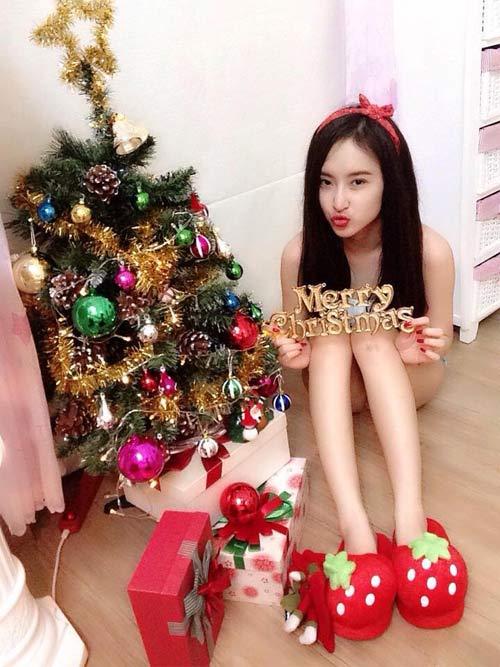 Angela Phương Trinh nhí nhảnh bên cây thông Noel 6