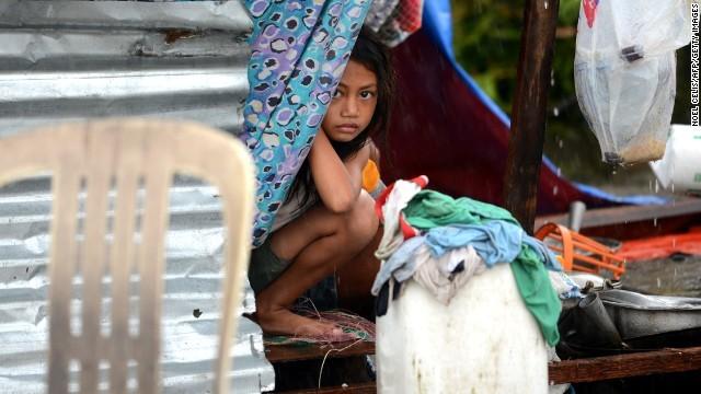 Hàng ngàn trẻ em vùng bão Philippines đổ ra đường xin ăn trong đói khát 7