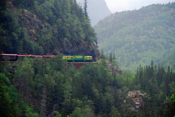 """Các tuyến đường sắt đẹp """"hiểm trở đến thót tim"""" trên thế giới 18"""