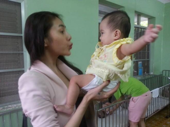 Thủy Tiên cùng fan tới thăm em bé bị bố bạo hành 13