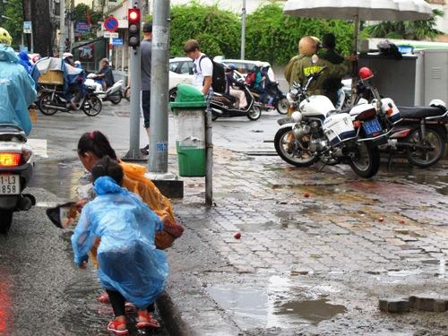 Hai thiếu nữ 18 tuổi chăn dắt trẻ em ăn xin 3