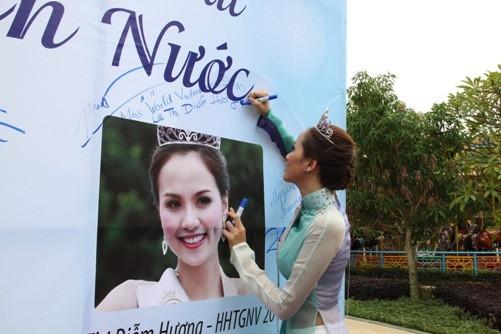Những sự cố đáng tiếc của các người đẹp Việt trên đấu trường quốc tế 6