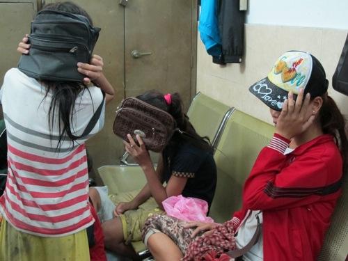 Hai thiếu nữ 18 tuổi chăn dắt trẻ em ăn xin 10