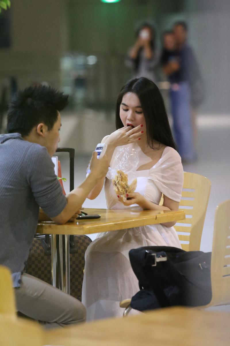 Ngọc Trinh âu yếm đút cho Vũ Khắc Tiệp ăn ở sân bay 18