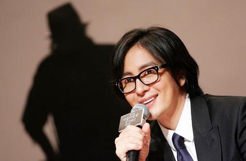 Lộ danh tính bạn gái của Bae Yong Joon 1