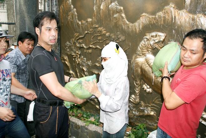 Hàng trăm người chờ Ngọc Sơn phát gạo, tiền mừng sinh nhật 5