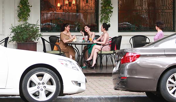 Quỳnh Nga khoe dáng chuẩn bên ô tô 4 tỷ mới mua 1