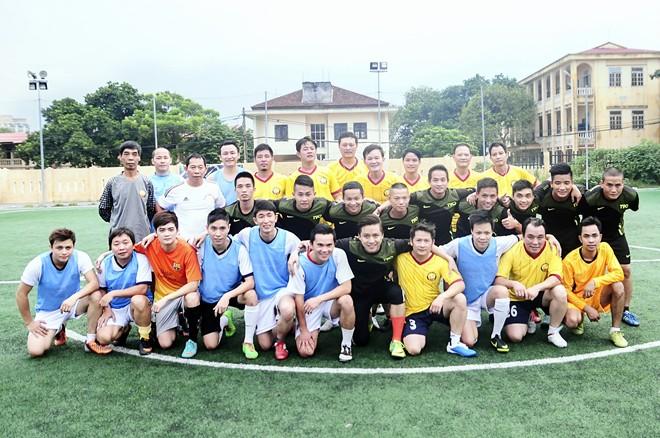 Vừa về đến Việt Nam, Bằng Kiều đã đối đầu Tuấn Hưng trên sân bóng 1