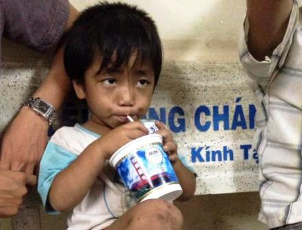 Tìm thấy cháu bé 3 tuổi bị ép đi ăn xin, bạo hành 1
