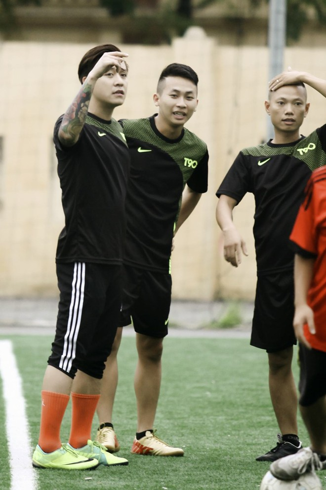 Vừa về đến Việt Nam, Bằng Kiều đã đối đầu Tuấn Hưng trên sân bóng 6