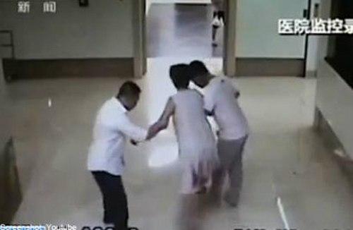 Đẻ rơi con ở ngay hành lang bệnh viện 1