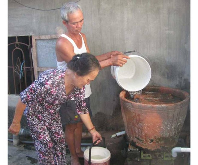 Người dân uống nước giếng bị nhiễm xăng dầu 1