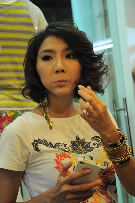 """Điện thoại của sao Việt: Khi smartphone, lúc... """"cục gạch"""" 9"""