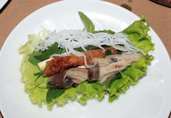 Đậm đà cá lồi xối mỡ cuốn bánh tráng 3