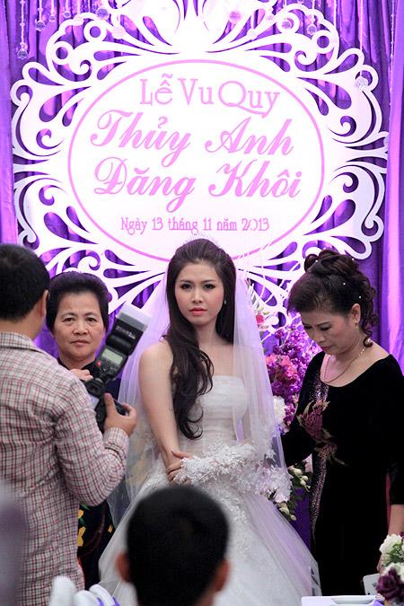 Vợ Đăng Khôi bất ngờ hôn má chồng trong đám cưới 11