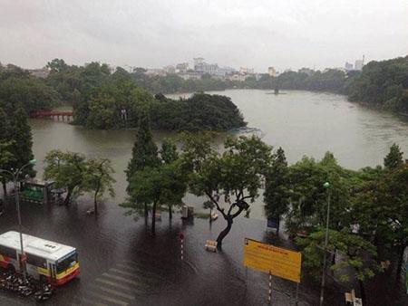 Phố cổ Hà Nội 'thành sông' sau mưa lớn 2
