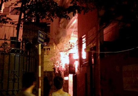 Nổ bình gas, quán ăn cháy lớn trong đêm ở Hà Nội 1