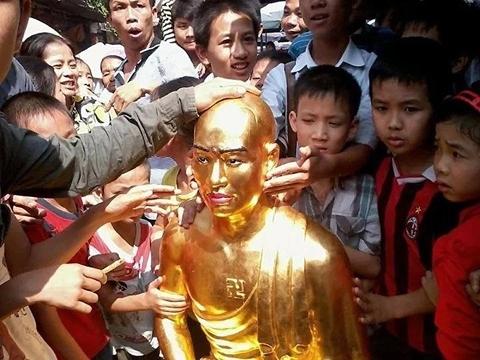 """Sư trụ trì giải thích tượng Phật """"giống mình"""" 2"""