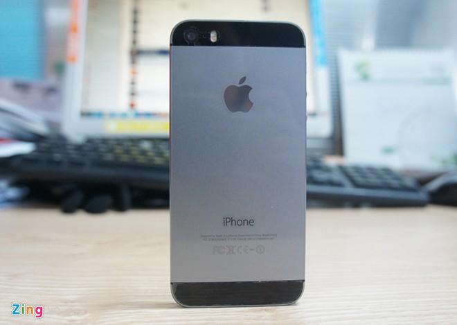 iPhone 5S bản khóa mạng giá 12 triệu hút khách 1